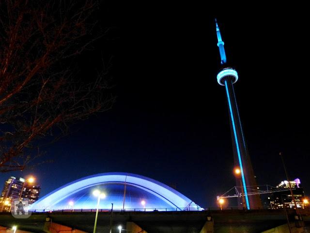 Der beleuchtete CN-Tower am Abend