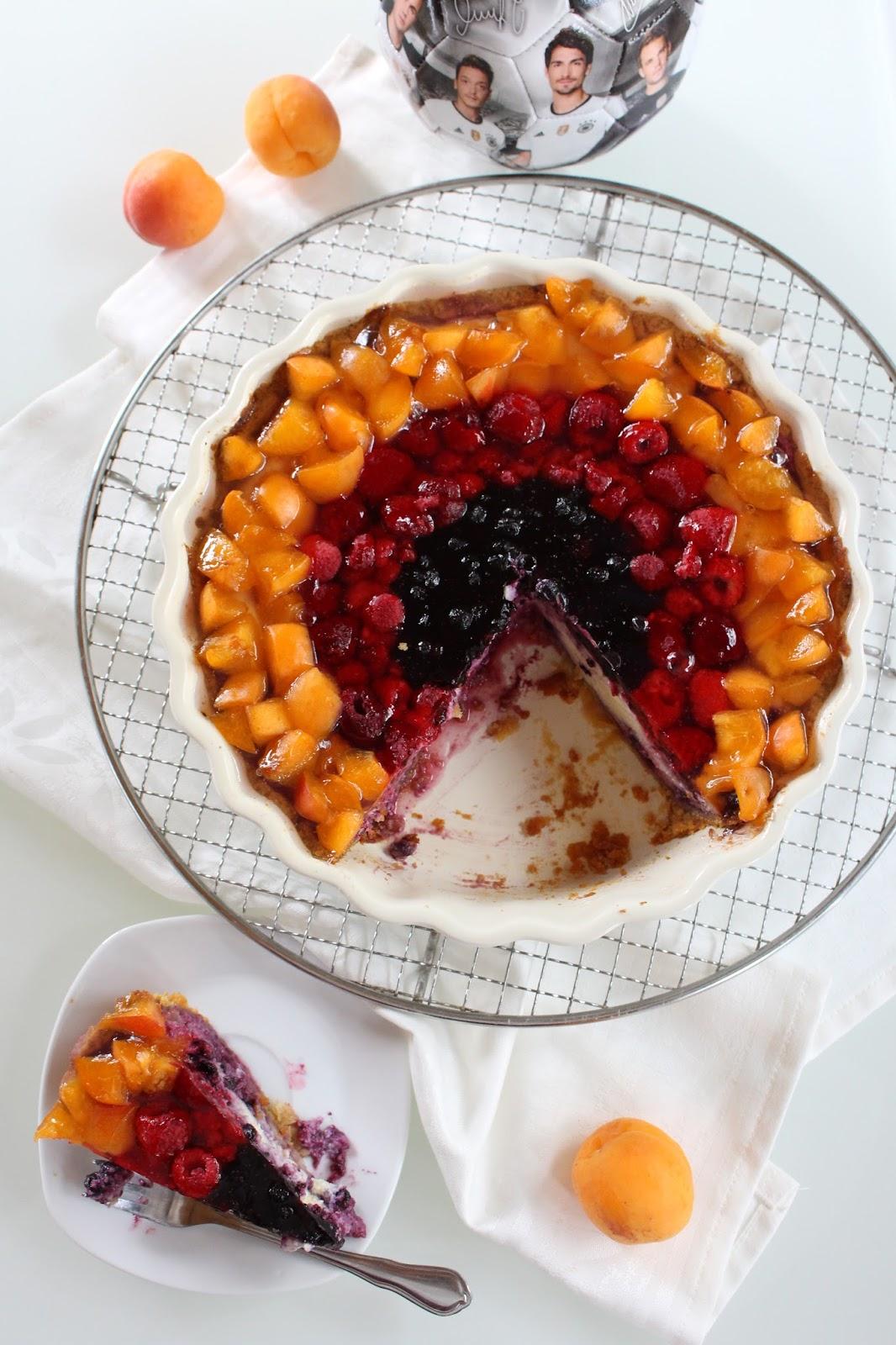 Deutschland-Cheesecake mit Obst in Schwarz-Rot-Gold