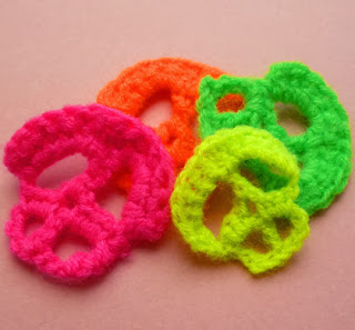 http://solmaldonado.com.ar/blog/index.php/halloween-skull-crochet-applique-free-pattern/