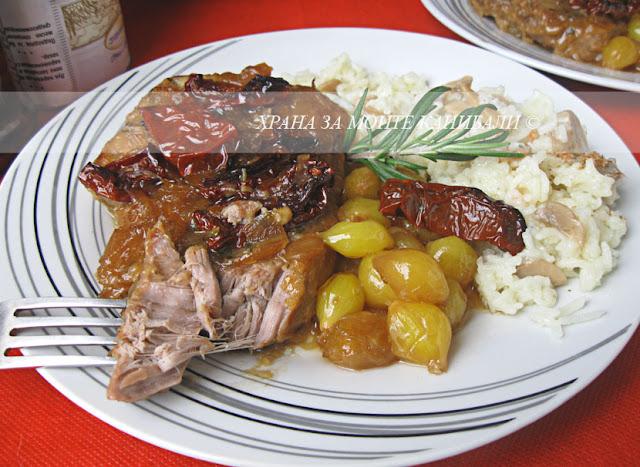 Грилован свински врат с карамелизиран лук и сушени домати
