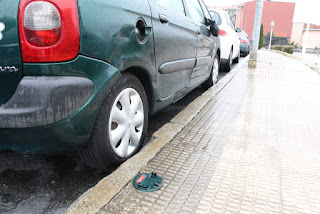 Coche con daños en la carretera de los depósitos de Rontegi