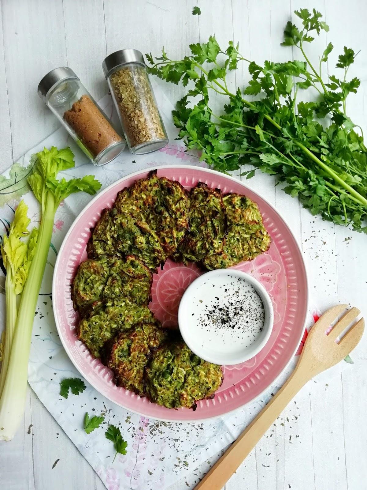 Zielone placki warzywne z piekarnika, z groszku i cukinii