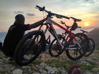 Gowes Santai ke Watu Gupit dan Bukit Paralayang Tempat Para Sunset Hunter di Jogja