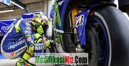 Valentino Rossi di Ajang Balapan MotoGP - Mengapa Ban MotoGP Halus Gundul atau Botak Apa Tidak Berbahaya Dan Tergelincir