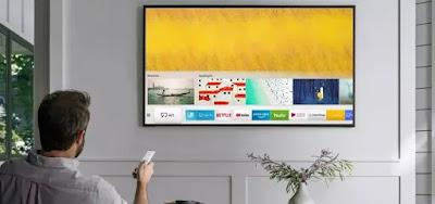 Telespectador diante de sua smart TV: Samsung quer lançar streaming próprio para clientes brasileiros