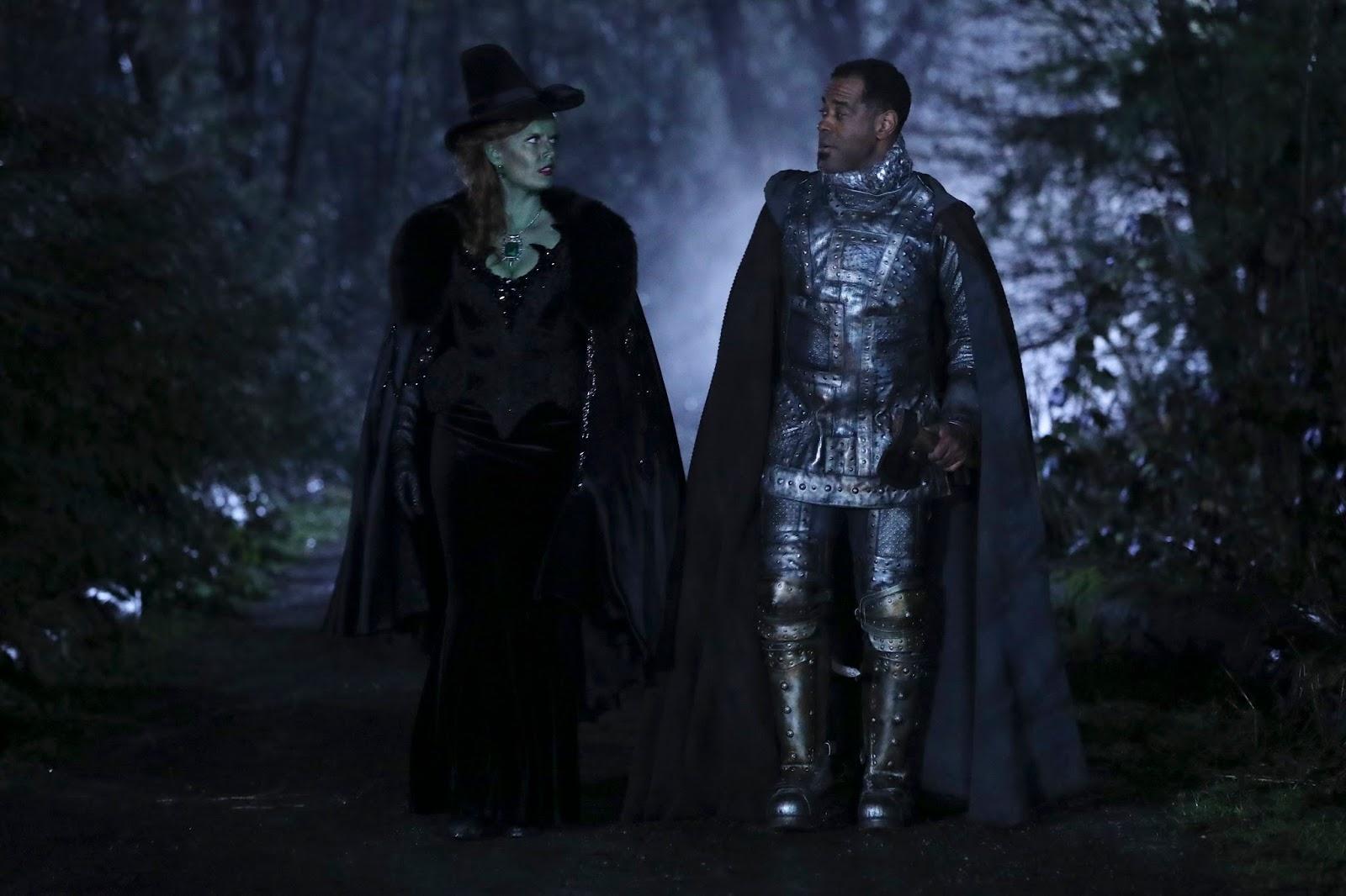 Zelena camina junto al Hombre de Hojalata para ayudarle en Once Upon a Time