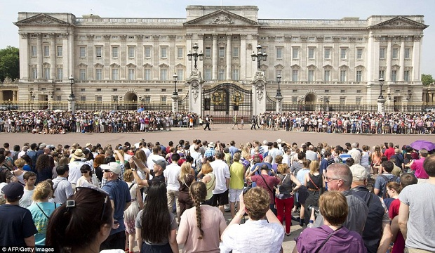Thousands flock at The Buckingham Palace for the news of the birth.