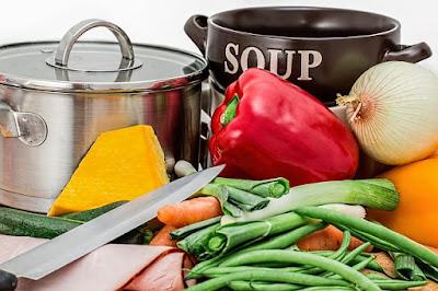 Receta de cocina casera de sopa de pepino con gambas crujientes