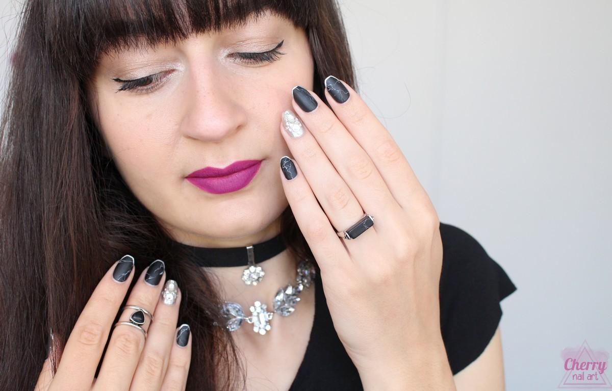 maquillage-nail-art-marbre-noir-strass-bijoux