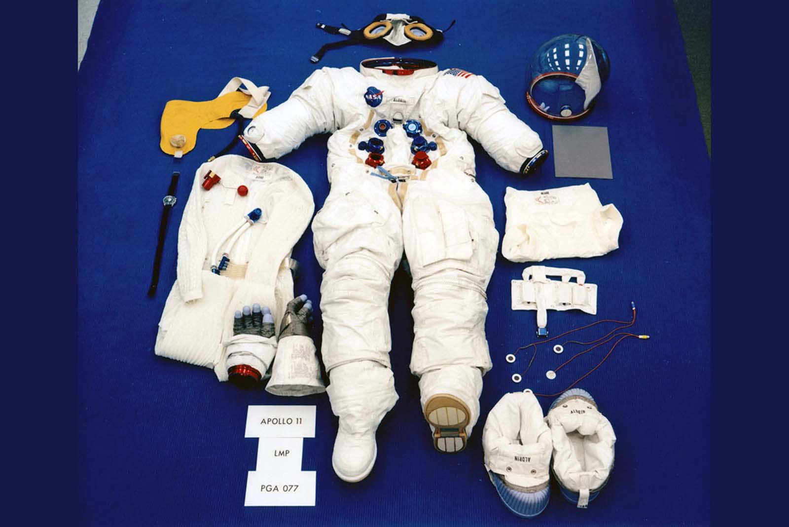 Uma foto de comprovação mostra o traje de Buzz Aldrin exposto em sua configuração de superfície lunar.