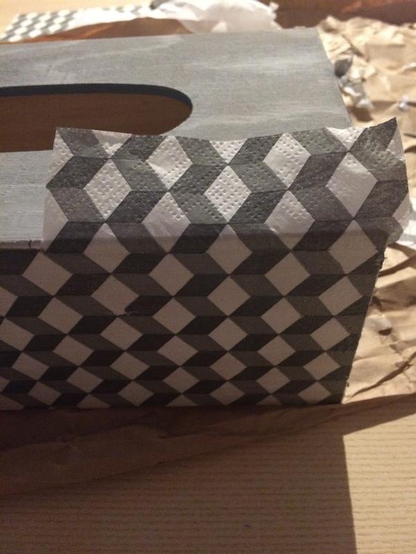 DIY : Le collage  / Pimper une boite de mouchoirs grâce au collage de serviette / www.by-laura.fr
