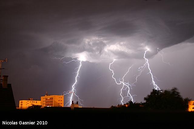 Festival d'éclairs (orage de la nuit du 8 au 9 juillet 2010)