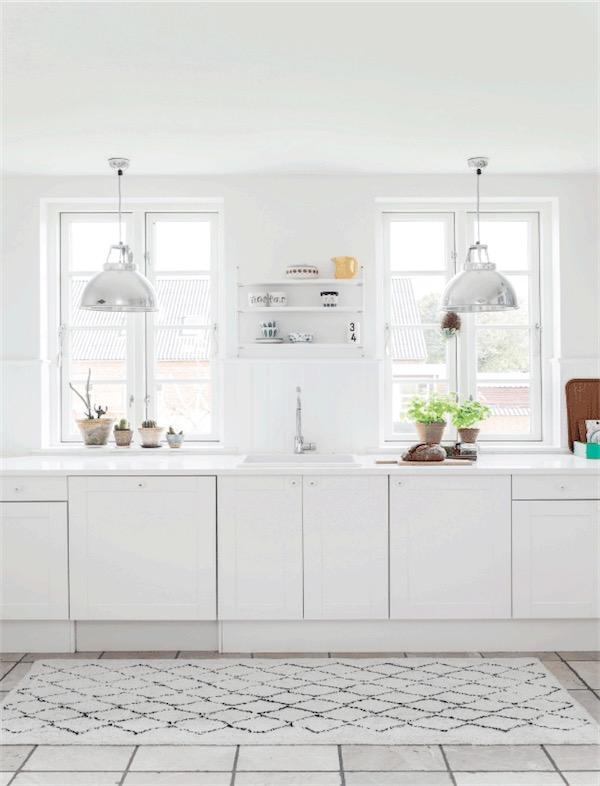 cocina blanca con mucha luz chicanddeco