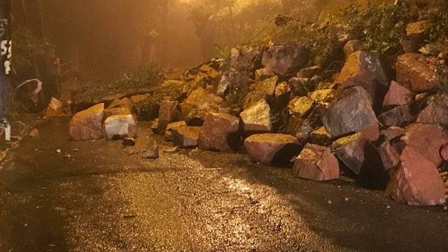 Um deslizamento ocorrido na noite desta sexta-feira (19/10), na Rua Jacinto Rabelo, altura do numero 790, no bairro Vila Felipe, interrompeu a via impedindo o tráfego de veículos, inclusive as linhas de ônibus 415 e do 458 que fazem ponto final na localidade.