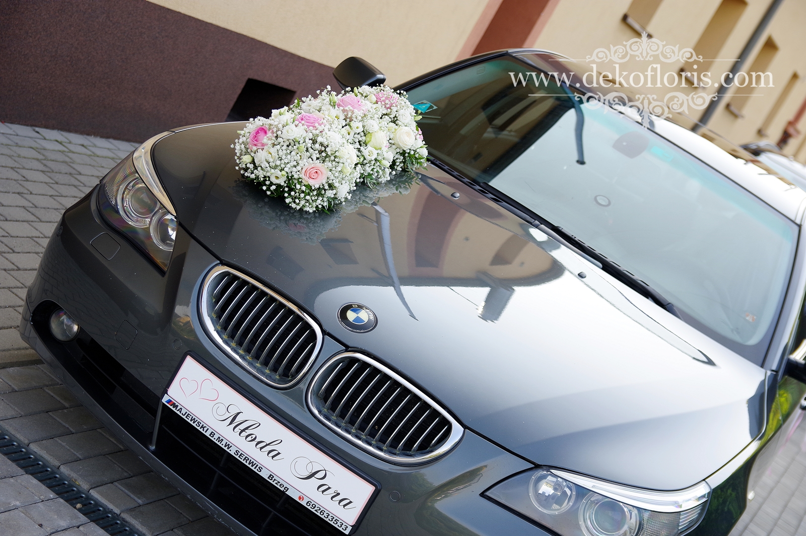 Dekoracja ślubnego samochodu - różowe róże i gipsówka - opolskie