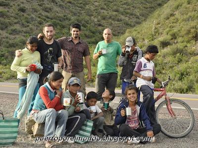 Reponiendo energías luego del fútbol en Río Blanco, Bolivia.