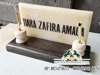papan nama atas meja