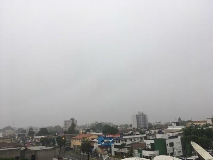 JOÃO PESSOA: Dia começa com chuvas e trovoadas e Inmet prorroga alerta para incidentes.