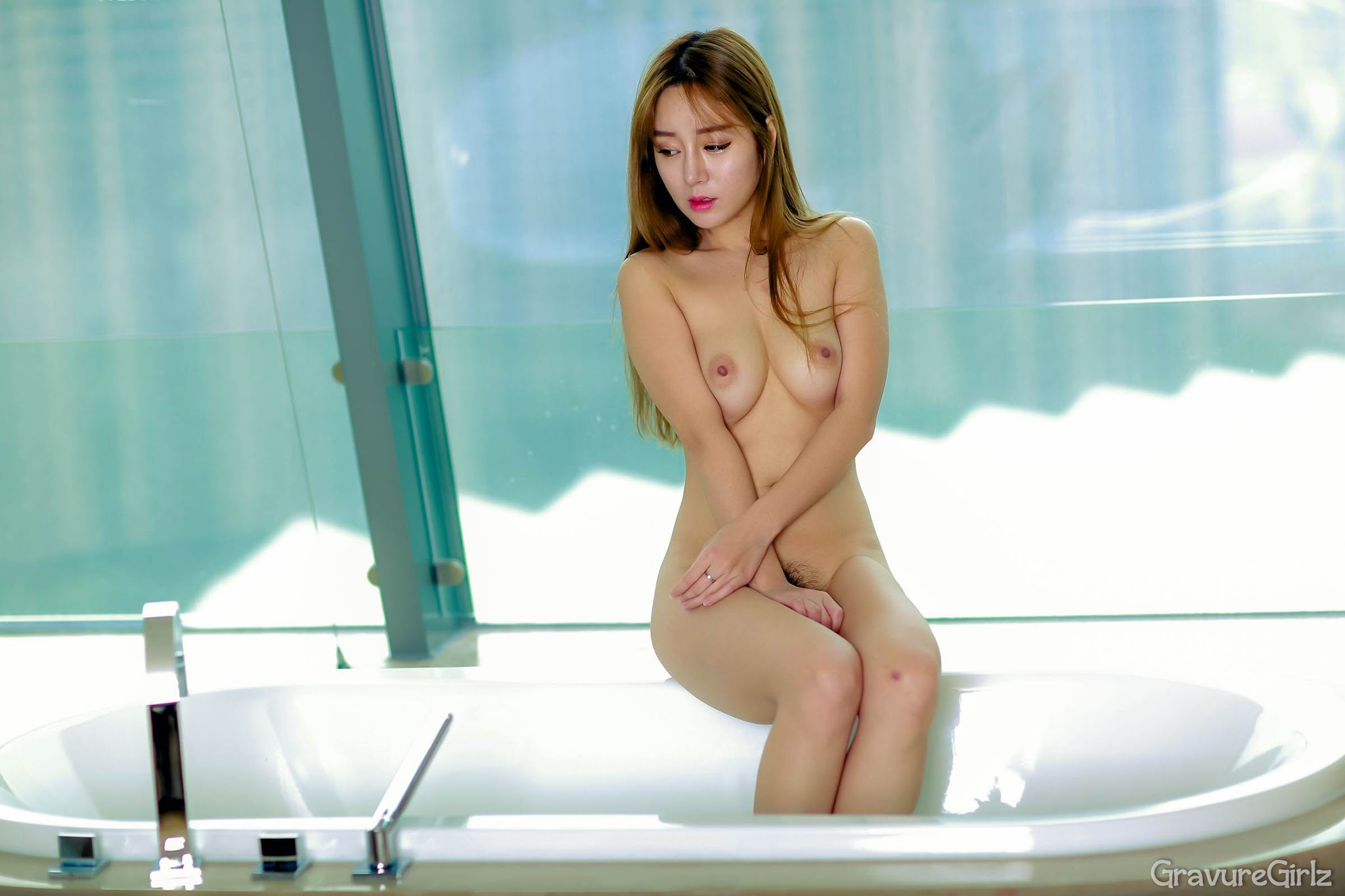 Japanese woman with hairy pubis and labia majora 5