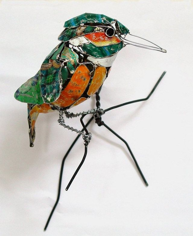 Pájaro hecho de aluminio y alambre grueso