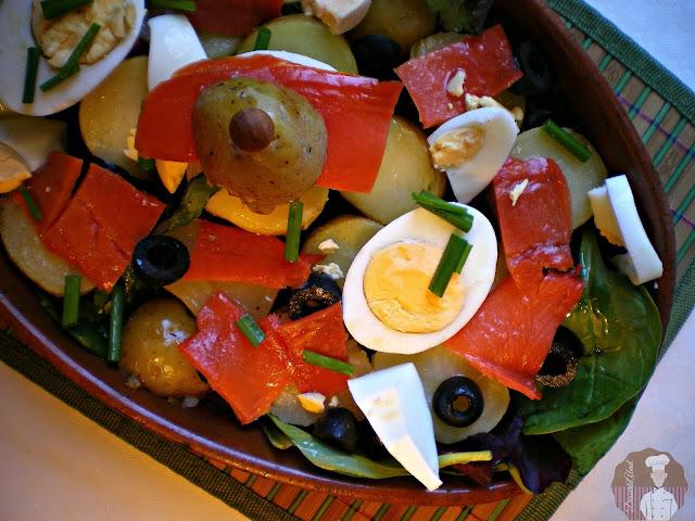 Ensalada de patatas, salmón ahumado y huevos