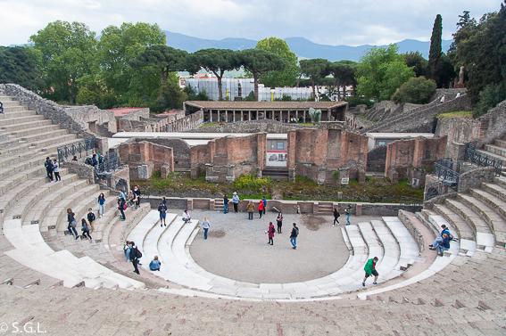 Teatro pequeño en Pompeya, las ruinas de la ciudad romana