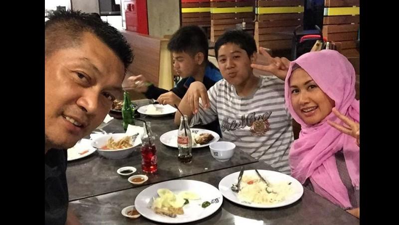 Donny Kesuma bersama anak dan istri