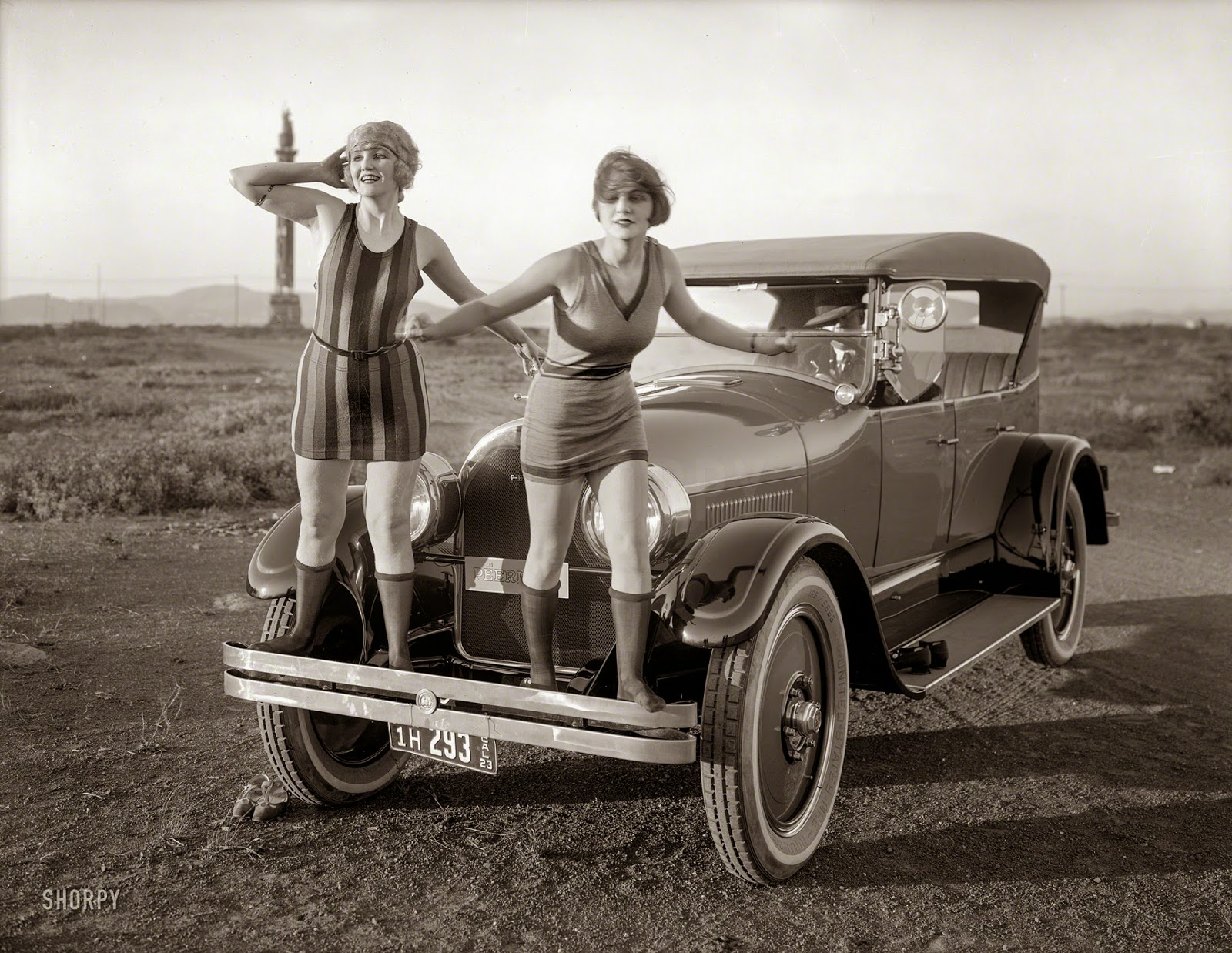 22 Funny Vintage Photos Of Flappers Posing With Their Cars