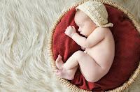 Bebé recién nacido. Fotografía realizada en el estudio Positive de Roldán por Leticia Martiñena, fotógrafa de bebés recien nacidos y niños en Positive Roldán. New Born. Accesorios para fotografía de bebé