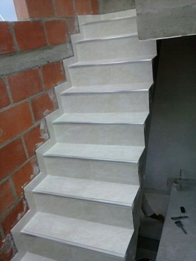 enchape en escaleras ambientes ceramicos