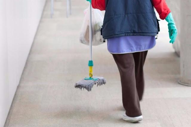Καθαρίστρια έριχνε ούρα στα μπουκάλια των συναδέλφων της