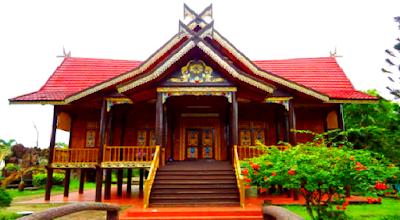 Provinsi DI Aceh  Rumah Adat Aceh berbentuk panggung. Mempunyai 3 serambi yaitu Seuramue Keu (serambi depan), Rumah Inong (serambi tengah) dan Seurarnoe Likot (serambi belakang). Selain itu ada rumah berupa lumbung padi yang dinamakan Krong Pade atau Berandang.