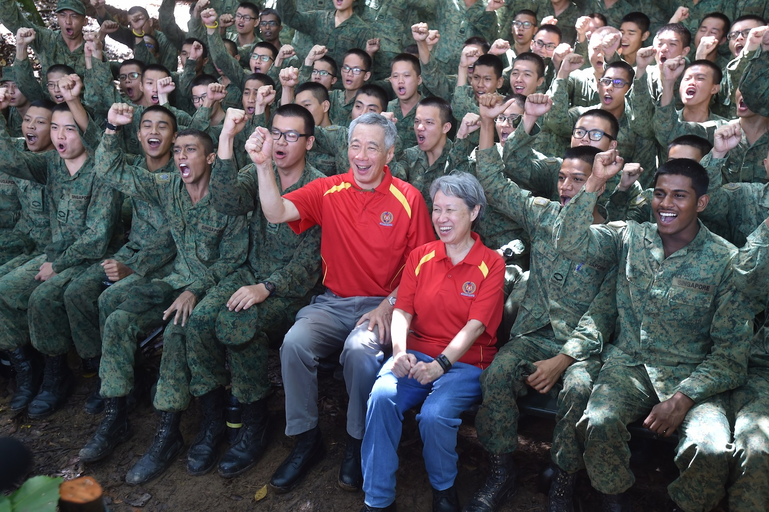 Prime Minister Lee Hsien Loong cheering with the soldiers from 6th Battalion, Singapore Infantry Regiment, at the end of their training today, 06 October 2017.