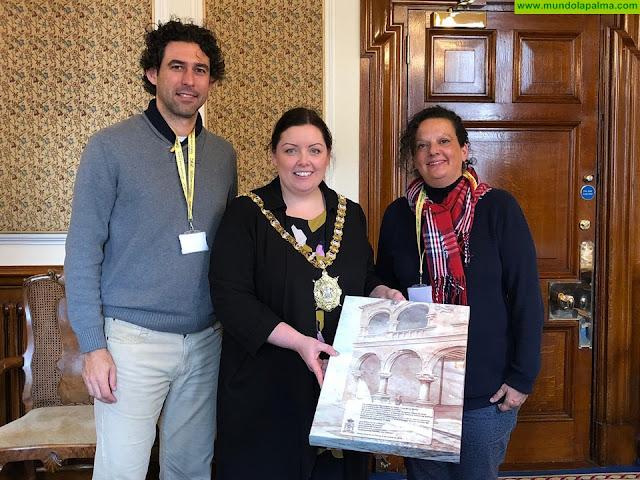 Dos maestros del CEIP Anselmo Pérez de Brito recibidos por la alcaldesa de Belfast