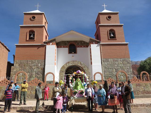 Vor unserer Pfarrkirche in Esmoraca Bolivien