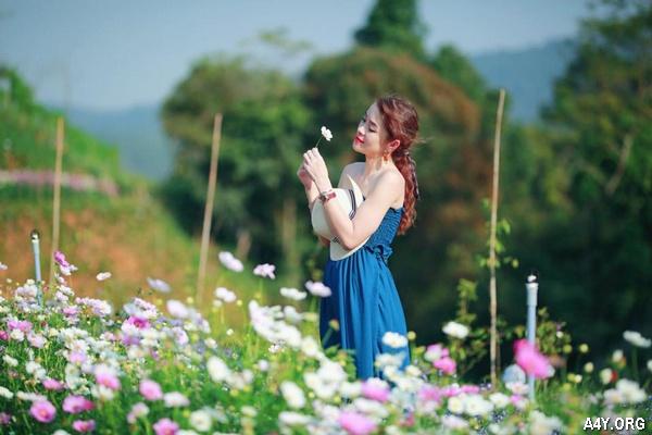 cô gái xinh đẹp bên vườn hoa Đà Lạt