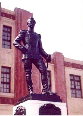Foto a la estatua de Leoncio Prado a puertas del colegio Militar con su nombre