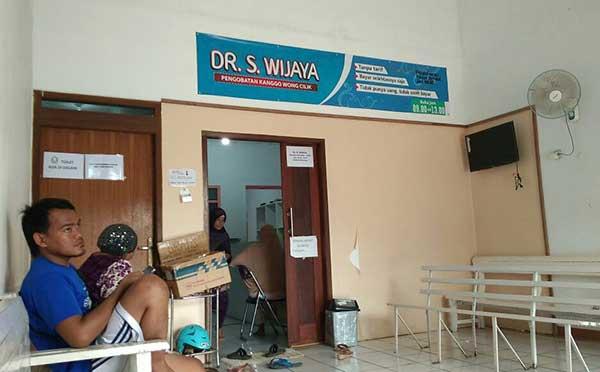 dokter asal indramayu gratiskan kepada pasienya