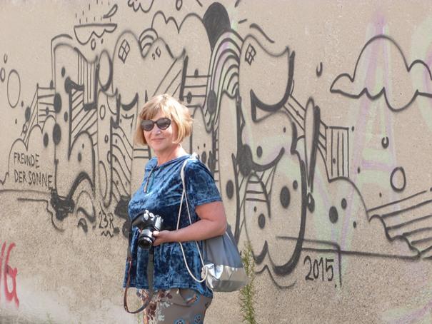 graffiti-an-grauer-wand-und-ein-sommerliches-outfit