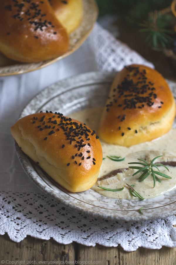 drożdżowe pieczone pierogi ziemniaczane z kapustą i sosem grzybowym