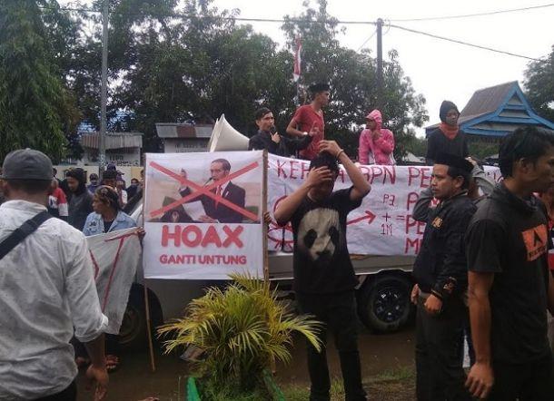 Tanahnya Dipatok Rp3.500 per Meter, Warga Demo Bawa Foto Jokowi