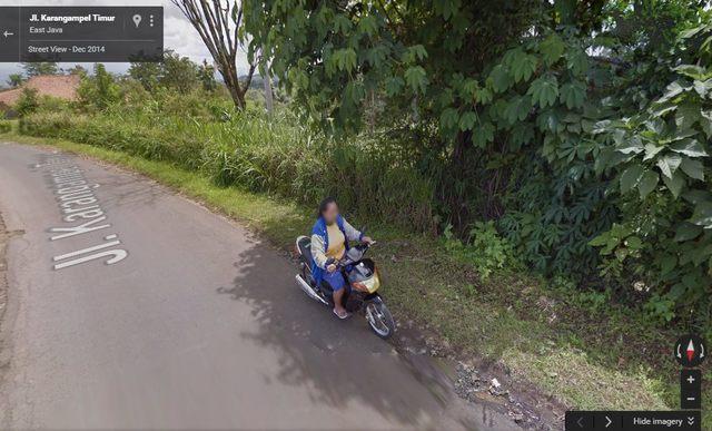 Foto Emak-Emak Naik Motor Jatuh Nyungsep Terekam Kamera Google Streetview