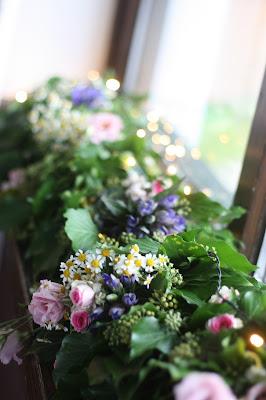 Blumengirlande, Frühlingsdekoration Herbsthochzeit mit bunten Wiesenblumen im Hochzeitshotel Garmisch-Partenkirchen Riessersee Hotel Bayern, heiraten in den Bergen