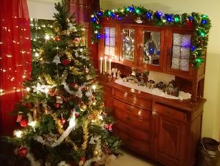 joulukuusi-koristeltuna