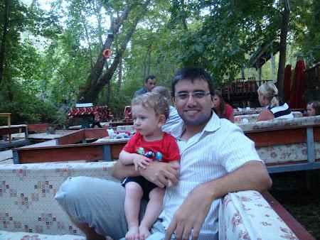 Antalya Kemer yakınlarındaki Ulupınar Şelale Restoran'da sedirlerde otururken