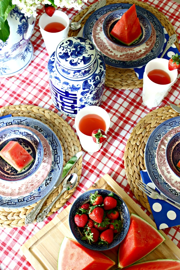 red white and blue tablescape, fourth of july decorations, patriotic table setting, place setting