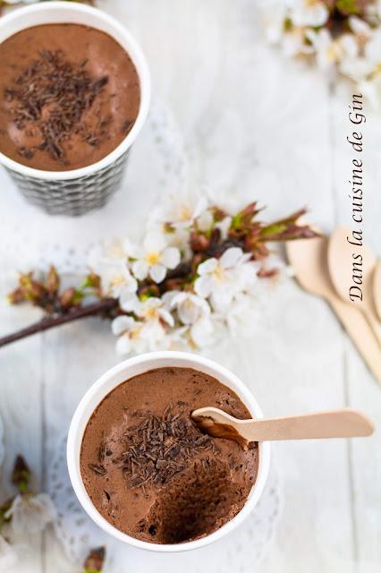 gobelet de mousse au chocolat et fleurs de cerisier