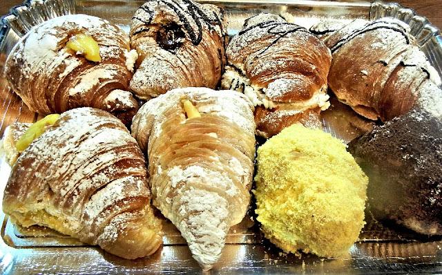 croissants fourrés aux amandes, petit-déjeuner, goûter