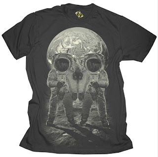 Una camiseta con dos astronautas y la tierra formando una calavera.