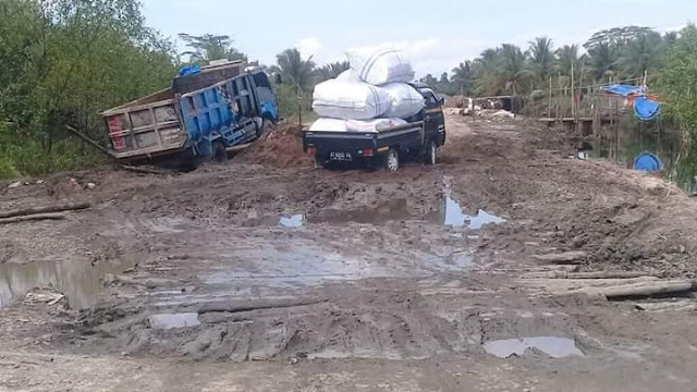 FB IMG 1513064434001 - Kondisi Jalan Rusak , Warga Rt 14 Meminta Bantuan Pemerintah